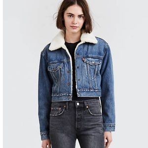 NEVER WORN Levi's Sherpa lined cropped jean jacket